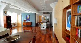 Топъл и изискан апартамент с дървени акценти