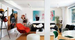 Интериор в бяло с декоративни елементи в ярки цветове