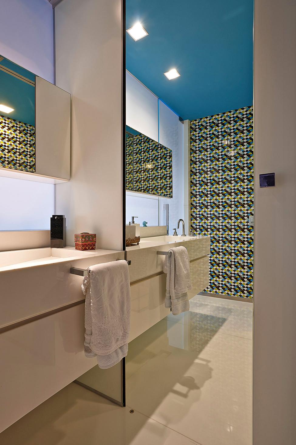 apartament-v-braziliq-pokazva-neveroqten-miks-ot-tsvetove-i-teksturi-913g