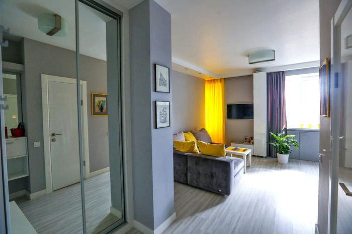simpatichen-interior-na-malak-apartament-v-sivo-i-jalto-3g