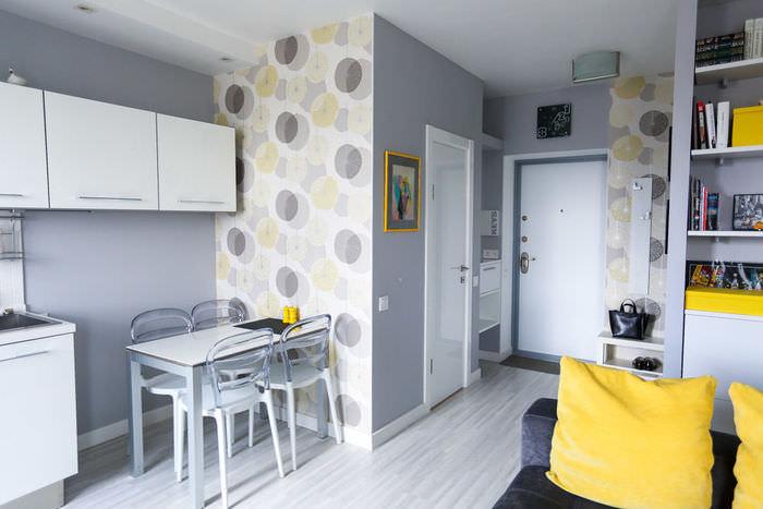 simpatichen-interior-na-malak-apartament-v-sivo-i-jalto-4g