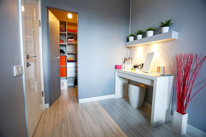simpatichen-interior-na-malak-apartament-v-sivo-i-jalto-8g