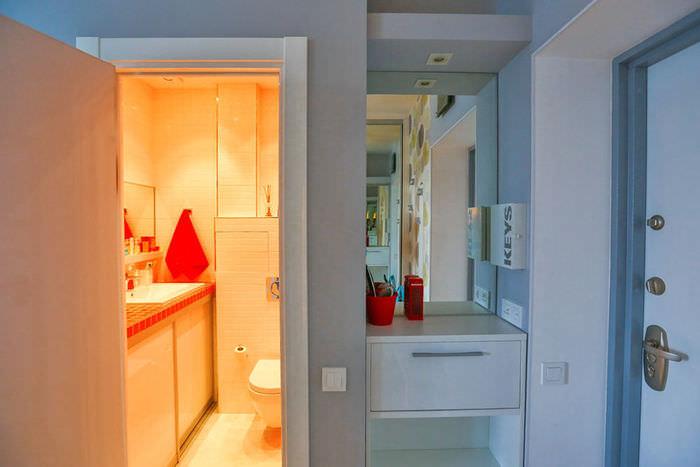 simpatichen-interior-na-malak-apartament-v-sivo-i-jalto-9g