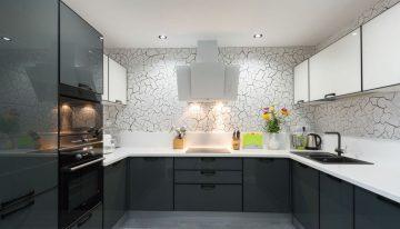 Модерен интериорен проект за кухня в бяло, сиво и черно