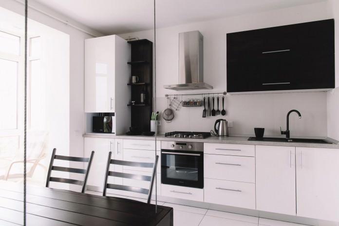 stilen-malak-apartament-s-interior-v-cherno-i-bqlo-50-m-3g