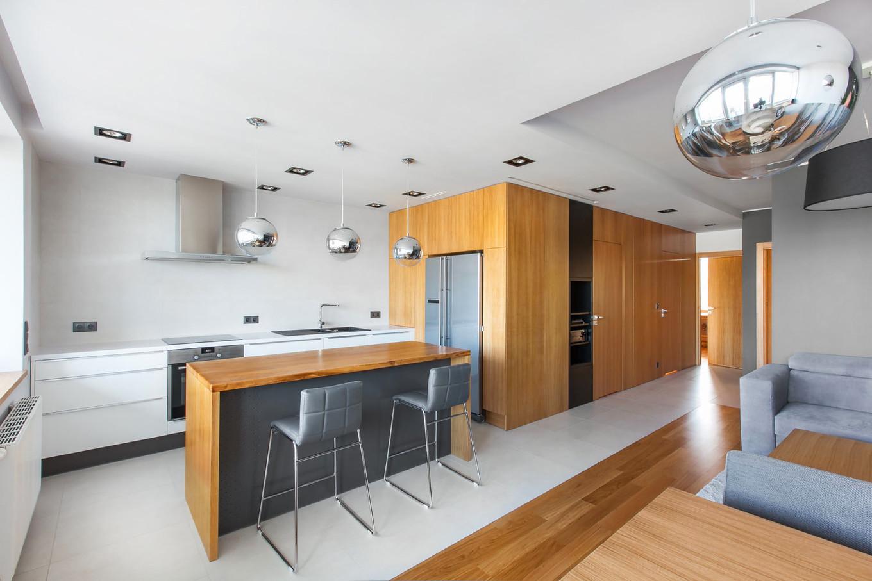 stilen-i-praktichen-interior-s-izobilie-ot-darveni-detaili-80-m-1g