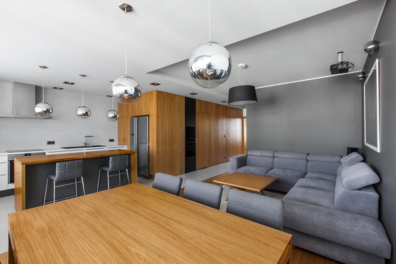 stilen-i-praktichen-interior-s-izobilie-ot-darveni-detaili-80-m-2g