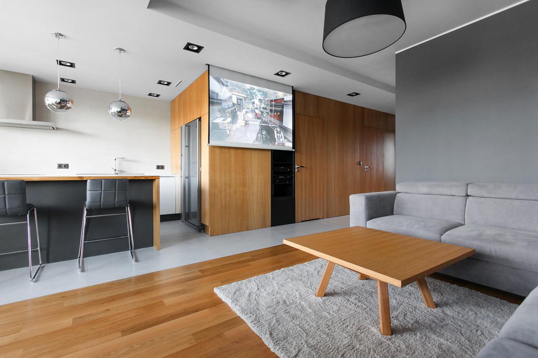 stilen-i-praktichen-interior-s-izobilie-ot-darveni-detaili-80-m-3g
