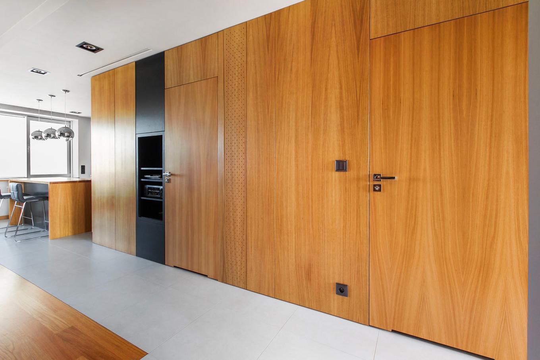 stilen-i-praktichen-interior-s-izobilie-ot-darveni-detaili-80-m-4