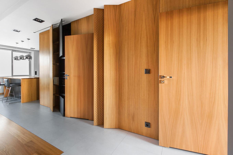 stilen-i-praktichen-interior-s-izobilie-ot-darveni-detaili-80-m-5