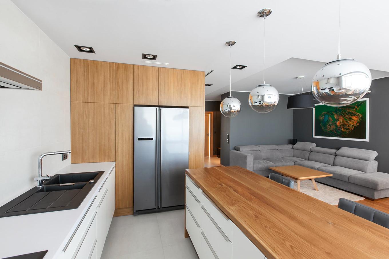 stilen-i-praktichen-interior-s-izobilie-ot-darveni-detaili-80-m-6g