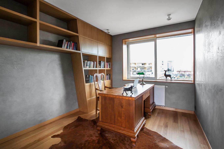 stilen-i-praktichen-interior-s-izobilie-ot-darveni-detaili-80-m-7g