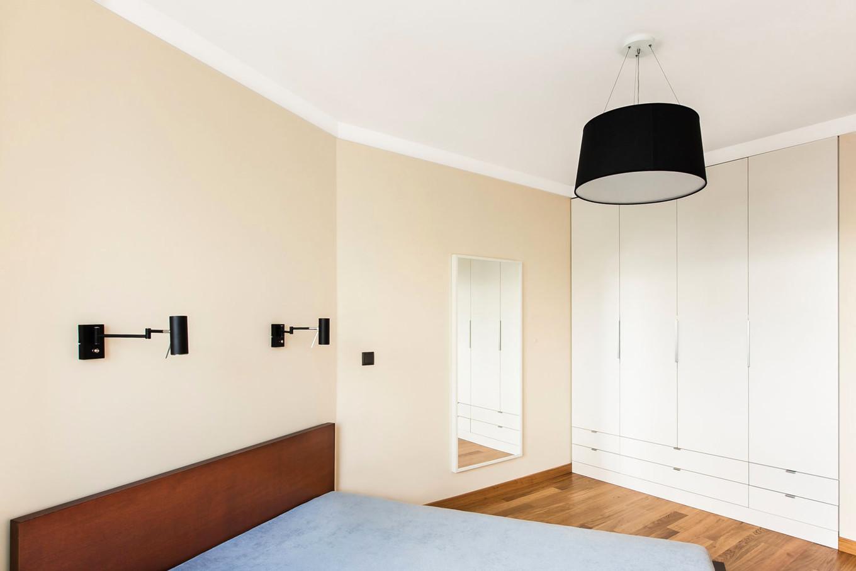 stilen-i-praktichen-interior-s-izobilie-ot-darveni-detaili-80-m-8g