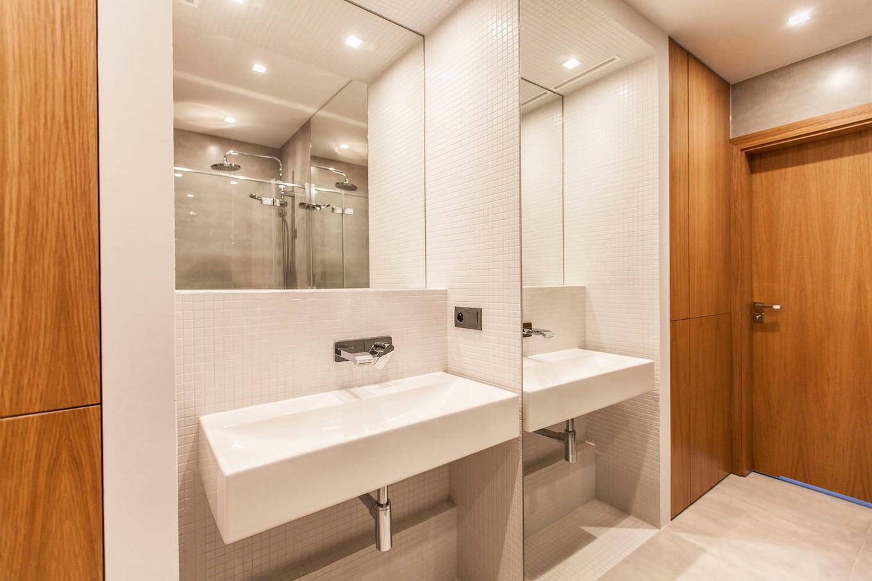 stilen-i-praktichen-interior-s-izobilie-ot-darveni-detaili-80-m-9g