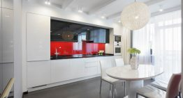Кухня с модерен и практичен дизайн в бяло, черно и червено