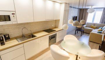 Модерен и изчистен дизайн на малка кухня и хол в едно помещение