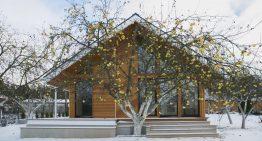 Малка модулна къща с великолепен дървен интериор и екстериор
